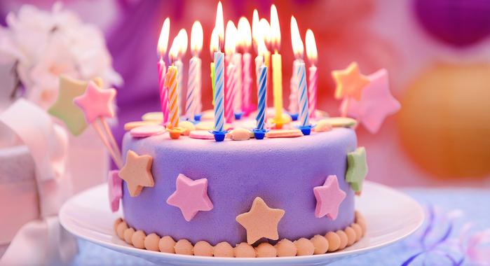 אביזרים לימי הולדת בראש העין פסגות אפק - בתמונה עוגה עם נרות צבעוניים