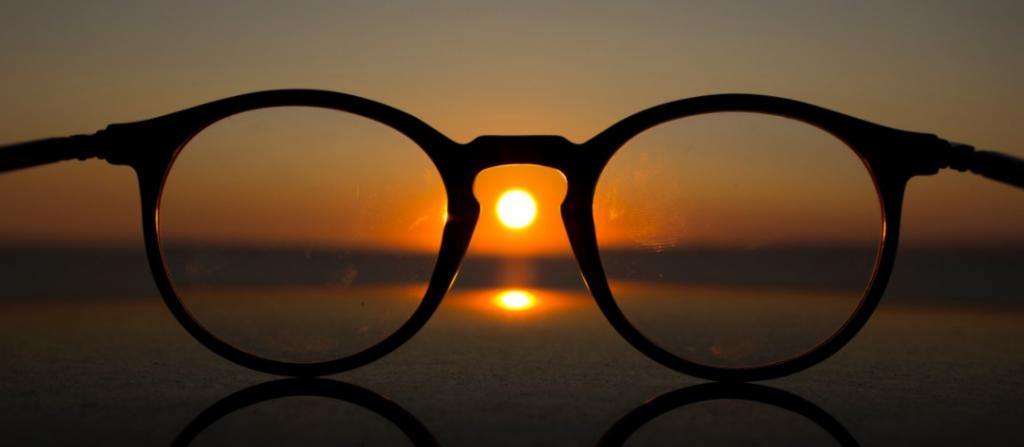 משקפיים בראש העין